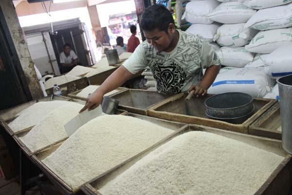 Aktivitas pedagang beras lokal di Pasar Tradisional - Bisnis/Arief Rahman