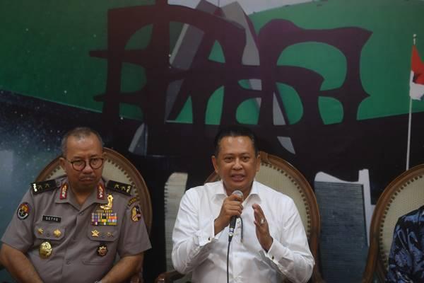 Ketua DPR Bambang Soesatyo (kanan) menyampaikan keterangan disaksikan Kadiv Humas Polri Irjen Setyo Wasisto (kiri) terkait penembakan ruangan anggota DPR di Kompleks Parlemen, Senayan, Jakarta, Senin (15/10).  - Antara