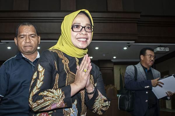 Terdakwa kasus suap PLTU Riau-1 Eni Maulani Saragih (kedua kiri) berjalan keluar seusai mengikuti sidang dakwaan, di Pengadilan Tipikor, Jakarta, Kamis (29/11/2018). - ANTARA/Aprillio Akbar