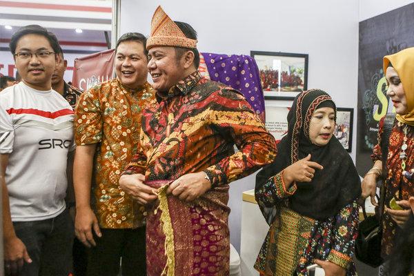 Gubernur Sumsel Herman Deru (kedua tengah) didampingi Manager Regional Relations & CSR PT HM Sampoerna Tbk Arief Triastika (kedua kiri) dan Kepala Wilayah Sumatera Selatan Sampoerna Rianto Probo Hartono (kiri) mengunjungi salah satu stan peserta Sampoerna Retail Community (SRC) Expo 2018 di Palembang, Sumatera Selatan, Sabtu (10/11/2018). - Antara/Nova Wahyudi