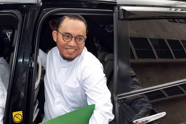 Ketua PP Muhammadiyah Dahnil Anzar Simanjuntak (tengah) bersiap menjalani pemeriksaan di Direktorat Kriminal Umum Polda Metro Jaya, Jakarta, Selasa (16/10/2018). - ANTARA/Reno Esnir