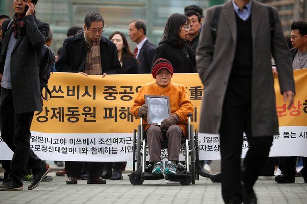 Kim Seong-ju, salah satu pekerja paksa asal Korea Selatan (Korsel) pada masa pendudukan Jepang, tiba di depan Mahkamah Agung (MA) di Seoul, Korsel, Kamis (29/11). - Reuters/Kim Hong/Ji