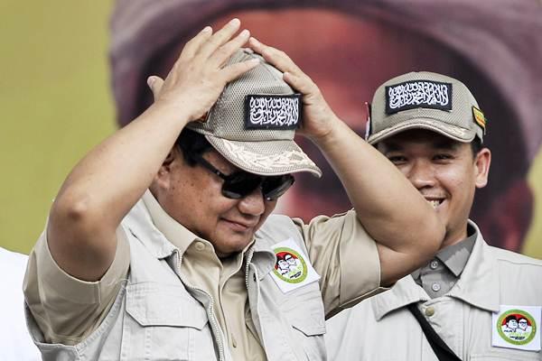 Calon Presiden nomer urut 02 Prabowo Subianto (kiri) saat mengahdiri deklarasi dukungan Komando Ulama Pemenangan Prabowo-Sandi (Koppasandi) di Jakarta, Minggu (4/11/2018). - ANTARA/Dhemas Reviyanto
