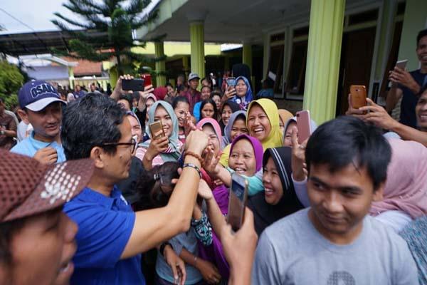 Calon wakil presiden Sandiaga Uno mengunjungi sentra industri sepatu di Taman Sari, Bogor, Kamis (29/11 - 2018).