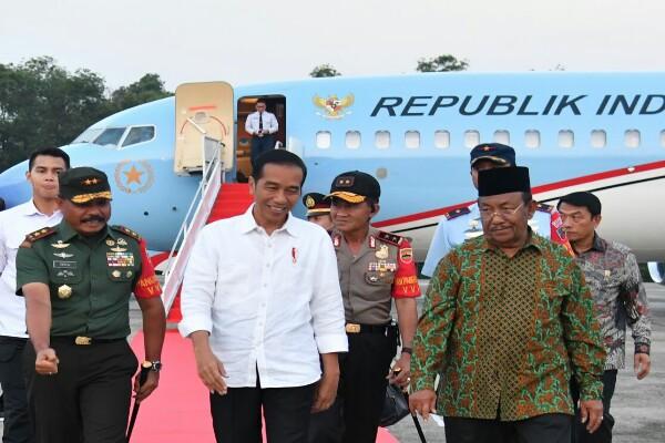 Presiden Joko Widodo saat tiba di Pekanbaru, dan didampingi oleh Plt Gubernur Riau Wan Thamrin Hasyim (kanan) -  Istimewa