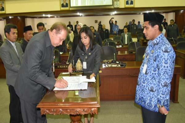 Ketua DPRD Jateng Rukma Setyabudi saat melakukan penandatanganan Raperda Jateng