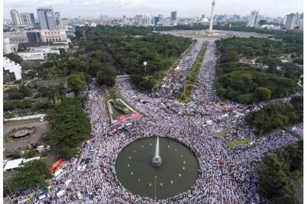 Foto aerial ribuan umat Islam melakukan dzikir dan doa bersama di kawasan Bundaran Bank Indonesia, Jakarta, Jumat (2/12). - Antara/Sigid Kurniawan