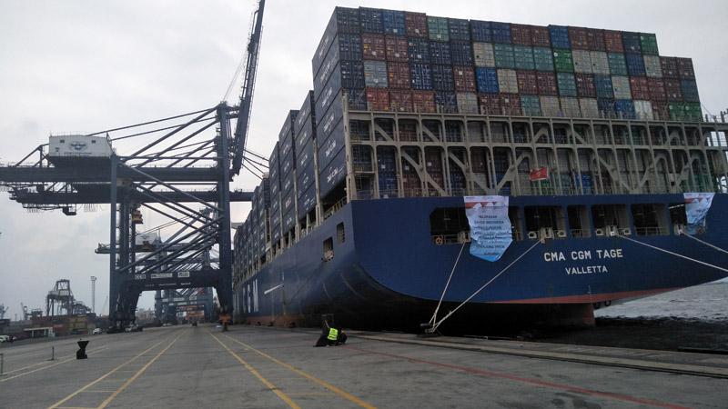 Kapal CMA CGM Tage bersandar di dermaga JICT. Kapal ini menjadi salah satu kapal yang melayani pelayaran langsung Jakarta-Los Angeles. - Bisnis/Rivki Maulana