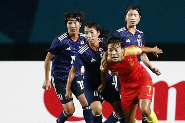 Tiga pemain Jepang berupaya menghentikan gertakan eksplosif pemain China Wang Shuang - SCMP