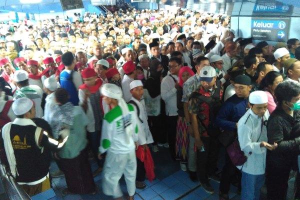 Pesera aksi damai 212 yang digelar dalam bentuk doa bersama saat berada di Stasiun Juanda, Jakarta. - Bisnis/Hendra Wibawa