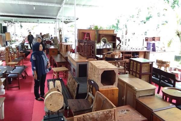 Pengunjung melihat produk-produk mebel kualitas ekspor pada acara pameran dan obral mebel di Rumah Kriya Banjarsari, Solo, Rabu (28/11 - 2018). (Solopos - Bayu Jatmiko Adi)