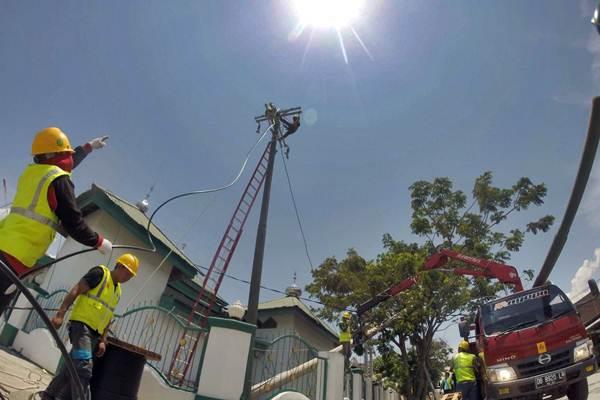 Teknisi PLN melakukan perbaikan jaringan listrik yang rusak pascagempa di Palu, Sulawesi Tengah, Selasa (2/10/2018). - JIBI/Paulus Tandi Bone