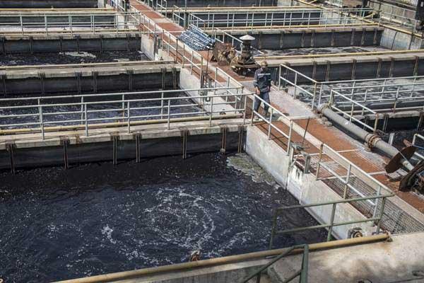 Petugas melakukan pengecekan rutin pengolahan limbah di Instalasi Pengolahan Air Limbah (IPAL) Industri Terpadu PT MCAB Cisirung, Kabupaten Bandung, Jawa Barat, Kamis (2/8/2018). - ANTARA/Novrian Arbi