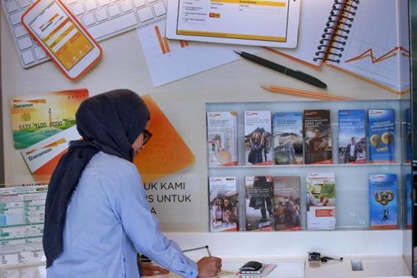 Nasabah mengisi formulir di Kantor Cabang Bank Danamon, Jakarta, Jumat (28/4). - JIBI/Abdullah Azzam