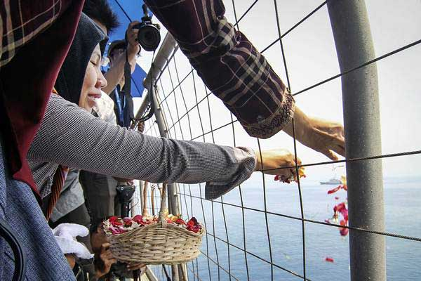 Keluarga korban melakukan prosesi tabur bunga di lokasi jatuhnya pesawat Lion Air JT 610 di perairan Tanjung Karawang, Jawa Barat, Selasa (6/11/2018). - ANTARA/Dhemas Reviyanto