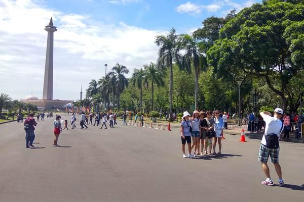 Wisatawan mengunjungi kawasan Monumen Nasional atau Monas. - JIBI/Veronika Yasinta