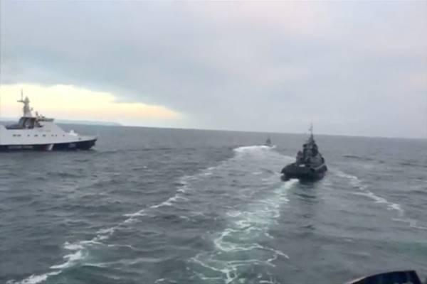 Kapal Ukraina ditahan di Selat Kerch. Gambar diambil dari video yang dirilis oleh Dinas Keamanan Federal Rusia. - Reuters