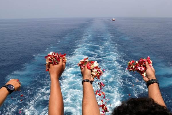 Keluarga korban melakukan prosesi tabur bunga di lokasi jatuhnya pesawat Lion Air JT 610, di perairan Tanjung Karawang, Jawa Barat, Selasa (6/11/2018). - Reuters/Beawiharta