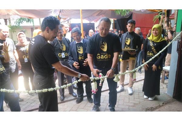 Caption foto: Direktur Pemasaran dan Pengembangan Produk PT Pegadaian (Persero) Harianto Widodo (tiga kanan) memotong pita saat meluncurkan program The Gade Clean & Gold di Kota Banjarmasin, Kamis (29 - 11)