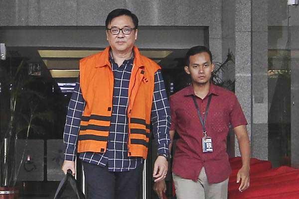 Direktur Operasional Lippo Group Billy Sindoro mengenakan rompi tahanan seusai menjalani pemeriksaan di gedung KPK, Jakarta, Selasa (16/10/2018). - ANTARA/Dhemas Reviyanto