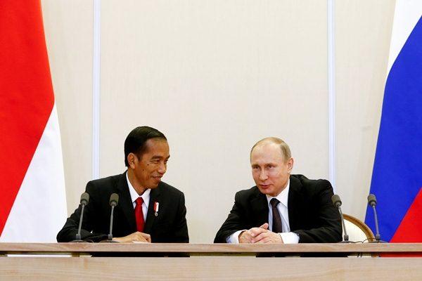 Presiden RI Joko Widodo (kiri) berbincang dengan Presiden Rusia Vladimir Putin di kediaman kenegaraan Bocharov Ruchei, di Sochi, Rusia,  Rabu (18/5). - Reuters/Sergei Karpukhin