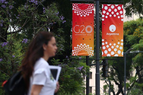 Banner Konferensi Tingkat Tinggi (KTT) G20 terlihat di sudut-sudut kota Buenos Aires, Argentina yang menjadi tuan rumah pertemuan rutin tahunan itu, Kamis (29/11/2018). - Reuters/Pilar Olivares