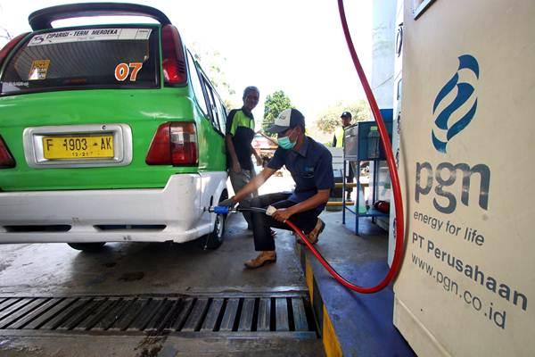 Petugas mengisi bahan bakar gas pada angkutan kota di Stasiun Pengisian Bahan bakar Gas (SPBG) milik PT Perusahaan Gas Negara Tbk (PGN), di Bogor, Jawa Barat, Kamis (15/3/2018). - ANTARA/Yulius Satria Wijaya