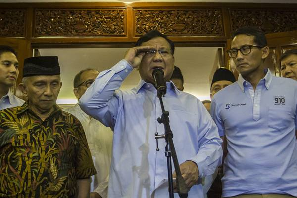 Calon Presiden dan Wakil Presiden nomor urut 02 Prabowo Subianto (tengah) dan Sandiaga Uno (kanan) didampingi Dewan Penasehat BPN Amien Rais (kiri) - Antara