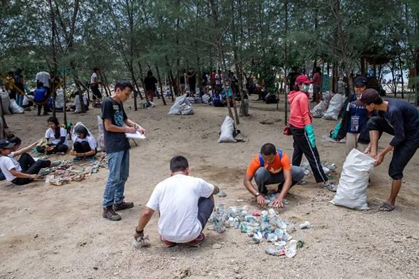 Aktivitas audit sampah plastik Greenpeace Indonesia di Sanur, Bali. - Dok. Greenpeace Indonesia