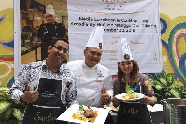 Chef Arcadia Manggadua by Horison berfoto bersama dengan peserta cooking class dalam media luncheon dan cooking class di Arcadia Manggadua by Horison, Jakarta, Jumat (30/11/2018). - Istimewa