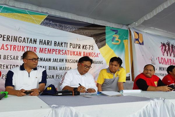 Kepala Balai Besar Pelaksana Jalan Nasional (BBPJN) V Kiagus Syaiful Anwar (tengah) saat memberikan pemaparan terkait penerapan aspal karet di Sumsel. - Bisnis/Dinda Wulandari