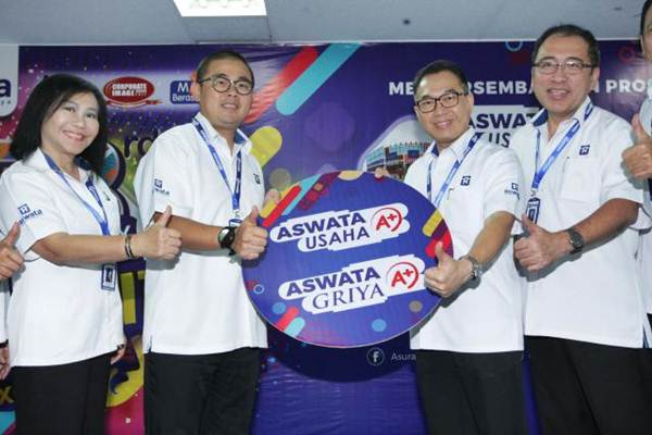 Presdir PT Asuransi Wahana Tata (Aswata) Christian Wanandi (kedua kiri), bersama Direktur M. Th. Ratnawati Pranadjaja (dari kiri), Direktur Agus Setya Dharma , dan Direktur Gana Adhitya berfoto bersama saat peluncuran produk baru asuransi properti Griya A dan Usaha A, di Jakarta, Selasa (25/7). - JIBI/Dedi Gunawan