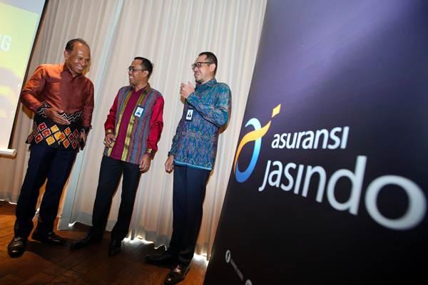 Direktur Utama Asuransi Jasindo Edie Rizliyanto (tengah) berbincang dengan  Direktur Teknik dan Luar Negeri Ricky Tri Wahyudi (kanan) dan Direktur Operasi Ritel Sahata L Tobing sebelum memaparkan strategi bisnis di tahun 2019, di Jakarta, Rabu (21/11/2018). - JIBI/Abdullah Azzam