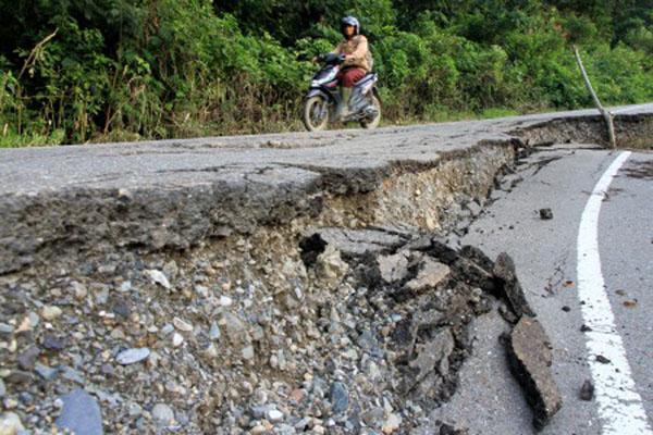 Ilustrasi jalan rusak sehingga memerlukan perbaikan. - Antara/Syifa Yulinnas