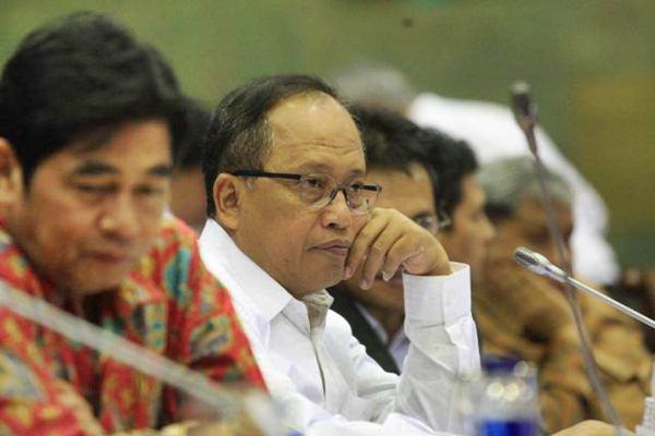Menteri Riset, Teknologi dan Pendidikan Tinggi Muhammad Nasir mendengarkan pertanyaan saat rapat kerja dengan Komisi X DPR di Jakarta, Senin (10/7). - JIBI/Dedi Gunawan