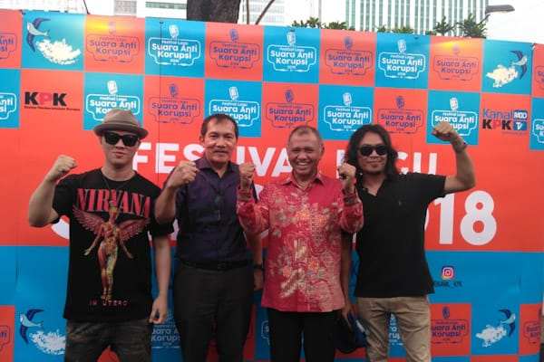 Che 'Cupumanik', Saut Situmorang, Agus Rahardjo, dan Robi 'Navicula' (Dari Kiri) saat menghadiri acara Festival Lagu Suara Anti Korupsi (Saksi) di Plaza Festival, Jakarta Selatan, Jumat (30/11/2018)/ - Bisnis.com // Rahmad Fauzan