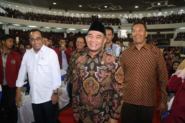 Menteri  Menteri Perhubungan (Menhub) Budi Karya Sumadi (kiri) bersama Menteri Pendidikan dan Kebudayaan (Mendikbud) Muhadjir Effendy (tengah) dan Rektor UMM, Fauzan (kanan) di UMM, Jumat (30/11 - 2018). Foto: Istimewa