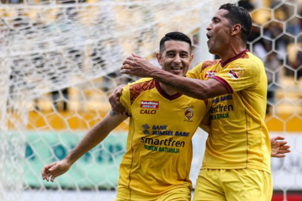 Duet penyerang Sriwijaya FC, Esteban Vizcarra (kiri) dan Alberto 'Beto' Goncalves, merayakan gol ke gawang Mitra Kukar - Antara/Nova Wahyudi