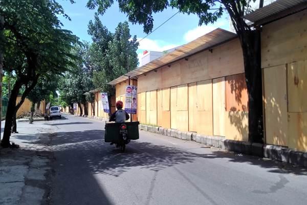 Pengendara lewat di Jl. Sabang Solo yang digunakan sebagai pasar darurat Pasar Legi, Jumat (30/11/2018) siang. Kios darurat belum dipakai pedagang. (Solopos - Irawan Sapto Adhi)