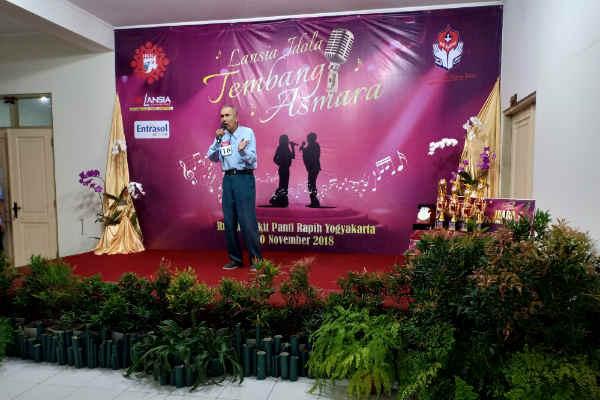 Salah satu lansia tampil menyanyi dalam Lomba Lansia Idola Tembang Kenangan yang diselenggarakan Rumah Sakit Panti Rapih, Jumat (30/11/2018). - Harian Jogja/Bernadheta Dian Saraswati