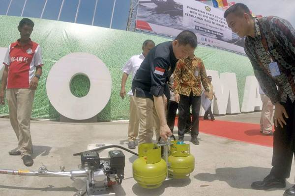 MenteriESDM Ignasius Jonan (tengah) memeriksa konverter dan tabung gas elpiji 3 kilogram yang akan diserahkan kepada nelayan di Makassar, Sulawesi Selatan, Jumat (29/9). - JIBI/Paulus Tandi Bone