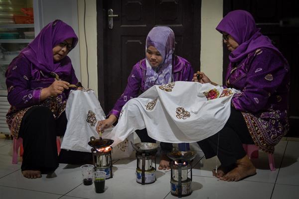 Perajin menyelesaikan proses pembuatan kain cual khas Bangka di Galeri Kain Cual Ishadi, Pangkal Pinang, Bangka Belitung - Antara