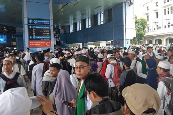 Kepadatan calon penumpang di Stasiun Gondangdia, Jakarta, Minggu (2/12/2018). - Bisnis/Muhammad Ridwan
