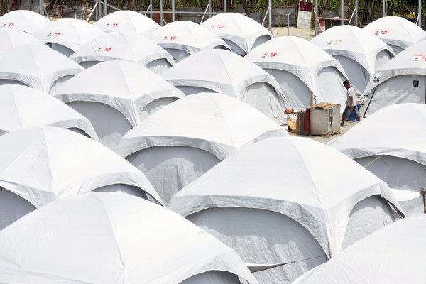 Pengungsi korban gempa dan tsunami berada beraktivitas di Kamp Terpadu Desa Loli, Kabupaten Donggala, Sulawesi Tengah, Kamis (29/11/2018). Hingga kini ratusan jiwa yang terdiri dari balita, anak - anak, dewasa dan lansia masih bertahan di tempat tersebut setelah rumah mereka rusak akibat gempa dan tsunami pada 28 September 2018. - Antara/Mohamad Hamzah