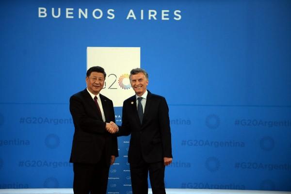 Presiden China Xi Jinping bersamalan dengan Presiden Argentina Mauricio Macri - Official G20 Argentina 2018