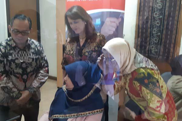 Ketua Komisi Nasional Anti Kekerasan terhadap Perempuan Azriana Manalu (paling kanan) memantau suasana relawan saat menerima pengaduan secara telepon, Selasa (4/11 - 2018)
