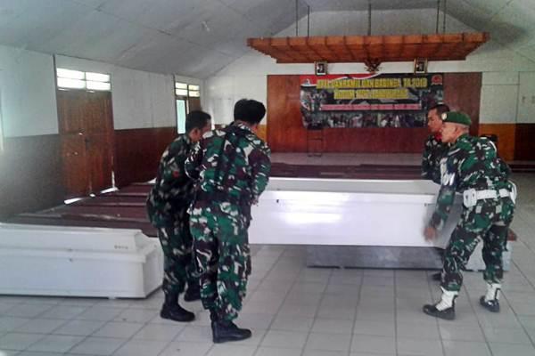 Anggota TNI menyiapkan peti jenazah untuk korban penembakan Kelompok Kriminal Bersenjata (KKB) di Kabupaten Nduga, di Kodim 1702 Jayawijaya, Wamena, Papua, Selasa (4/12/2018). - ANTARA/Marius Frisson Yewun