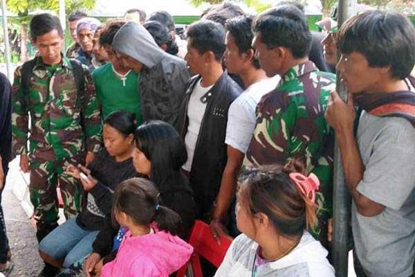 Keluarga korban mendatangi Kodim 1702 Jayawijaya untuk mengetahui kondisi keluarganya yang diduga menjadi korban penembakan Kelompok Kriminal Bersenjata (KKB) di Wamena, Papua, Selasa (4/12/2018). - ANTARA/Marius Frisson Yewun