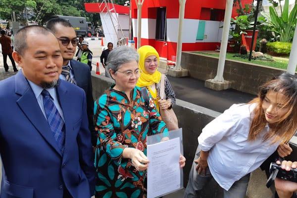 Nadia Mulya (kanan), Ane Mulya (tengah), dan Boyamin Saiman (kiri) saat mengunjungi KPK terkait dengan pengajuan JC terpidana kasus Bank Century, Budi Mulya, Rabu (5/12/2018)/ - Bisnis.com // Rahmad Fauzan