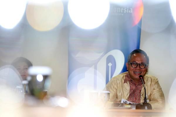 Direktur Utama PT Bank Mandiri Tbk Kartika Wirjoatmodjo menyampaikan paparan kinerja perusahaanya saat berkunjung ke kantor Redaksi Harian Bisnis Indonesia, di Jakarta, Rabu (1/8). - JIBI/Abdullah Azzam